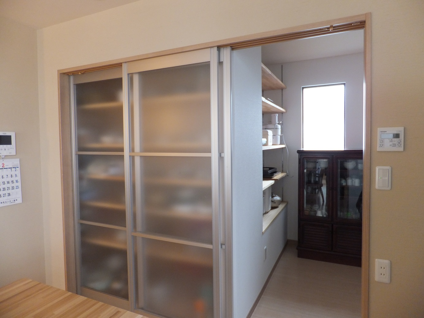 左側の扉にはオリジナルの棚を設け食器や食材を収納するなど、細部にこだわりすっきりとした暮らしを実現できるようプランニングしました。