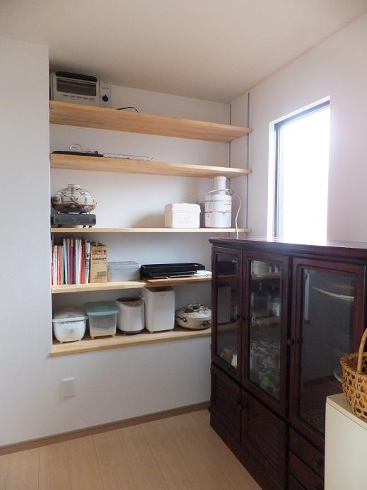 キッチン→パントリー<br /> お菓子作りの用具やレシピetc. 作業スペースとしても十分活用できる広々としたパントリー。キッチンもスッキリと使え、さらに作業効率もアップしました。