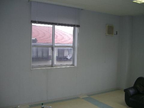 ワンフロアーの広々とした空間。既存の窓を活かし、寝室・浴室・キッチンをレイアウトします。