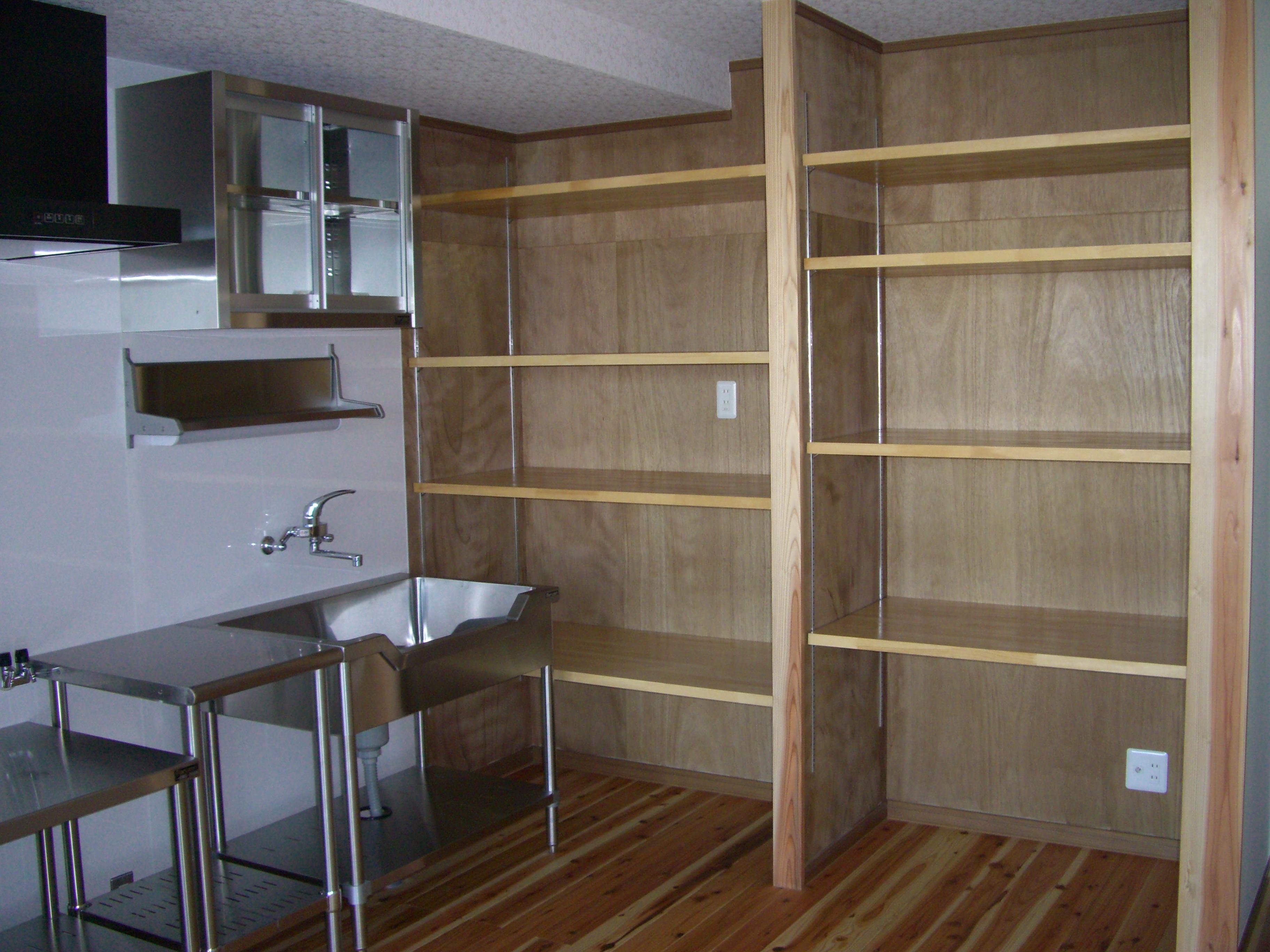 無機質なステンレスキッチン。床は杉の無垢材貼り。<br /> KA様らしいオリジナルな空間になりました。