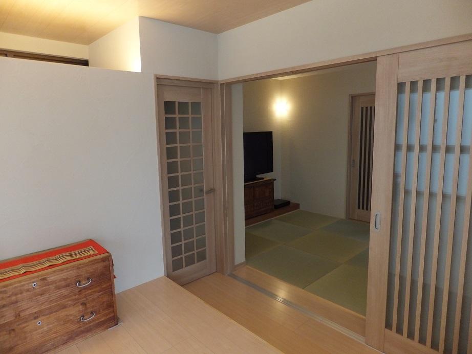 回遊性のある間取りが特徴のK様邸。堀こたつの和リビングの隣は、モダンな畳の和室へつながります。建具の開け閉めによりオープンな大広間にもなり、来客の人数や用途に応じた対応が可能。