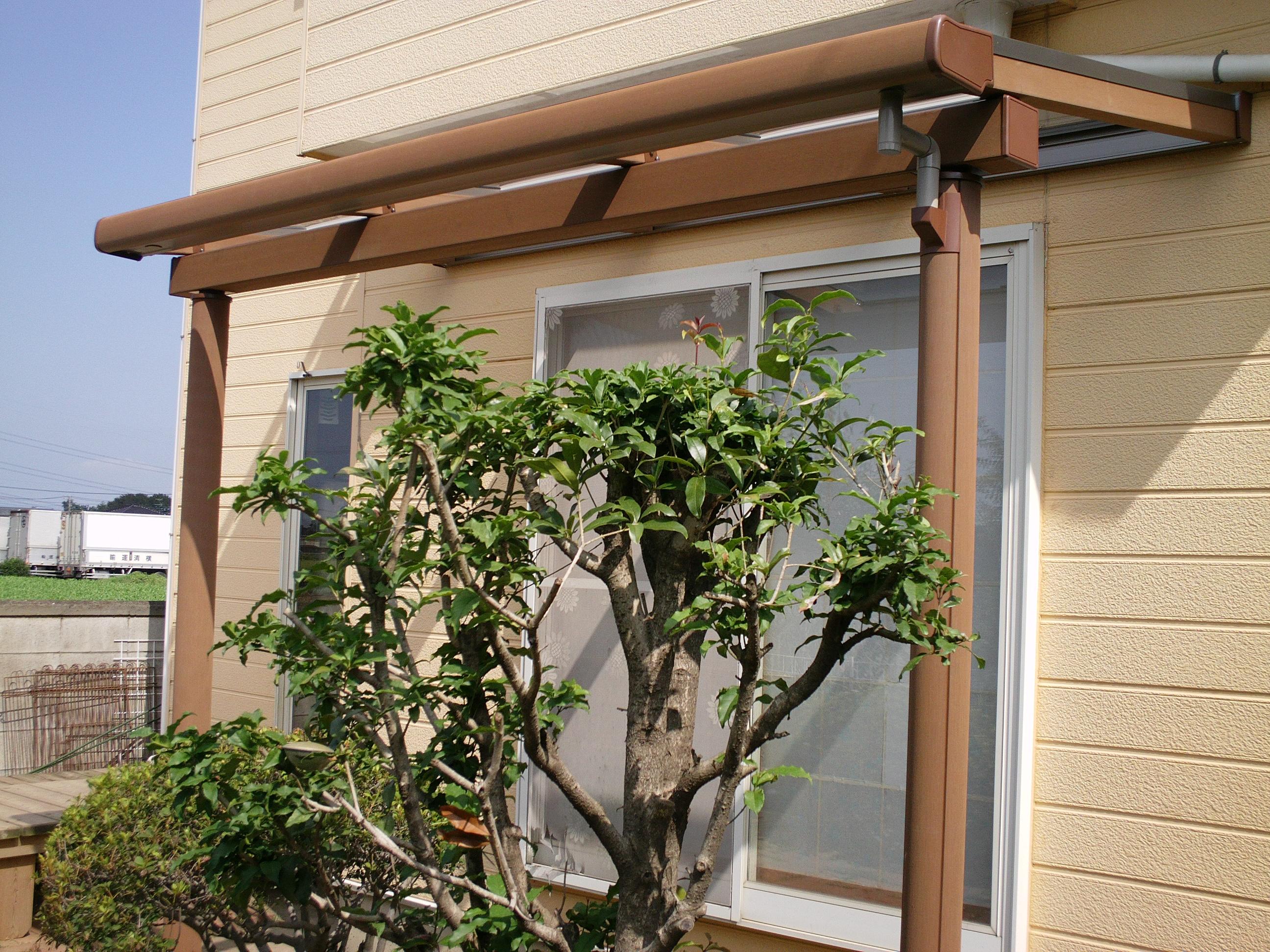 少し庭木を整理し、テラス屋根を設置しました。雨風も心配なく洗濯を干すことができ、部屋干しの必要がなくなりすっきりとしました。