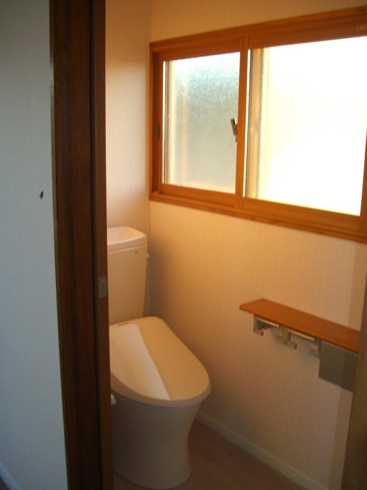 2F寝室横にトイレを新設。既存の窓を活かすこともでき、利便性が格段にアップ。