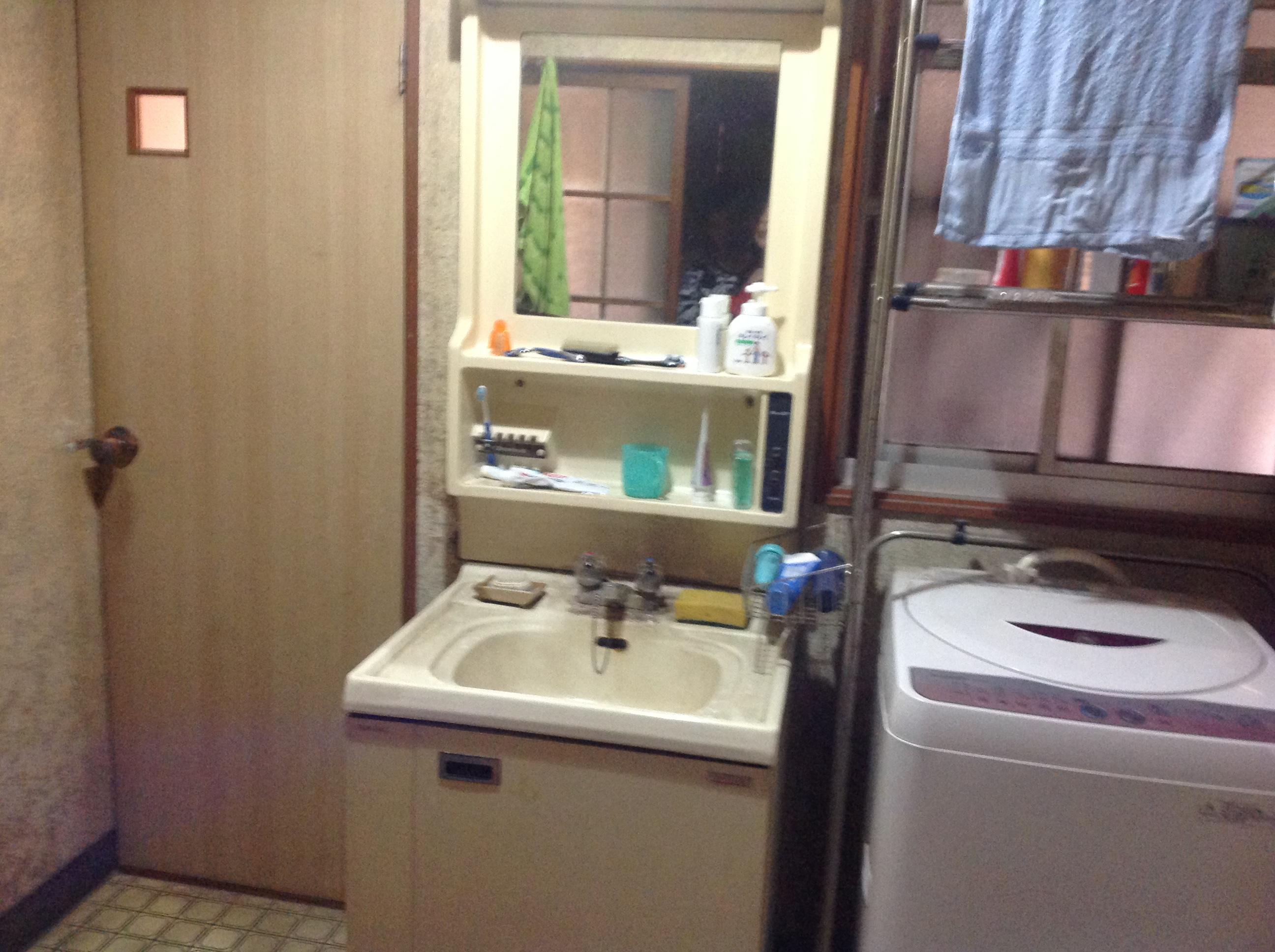 脱衣室がトイレの前にあり、家族同士気を使いながら使用していました。