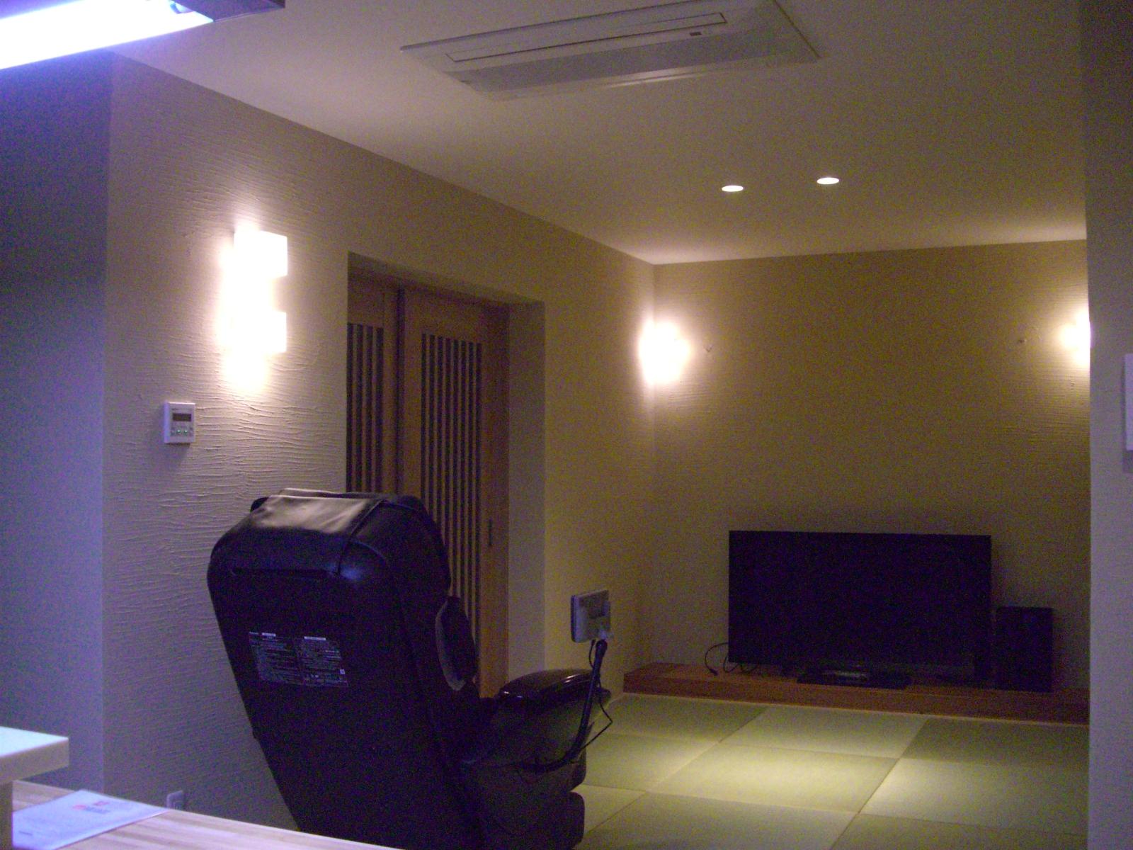 控えめな照明が左官壁の表情を豊かに彩り、上質で落ち着きある空間を演出します。