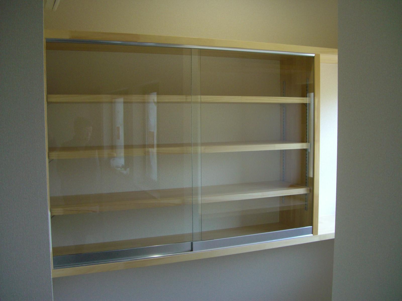 パントリーには小さな食器棚を造作。<br /> あえて造りすぎず、自由に収納するものにあわせ対応できるように考えました。