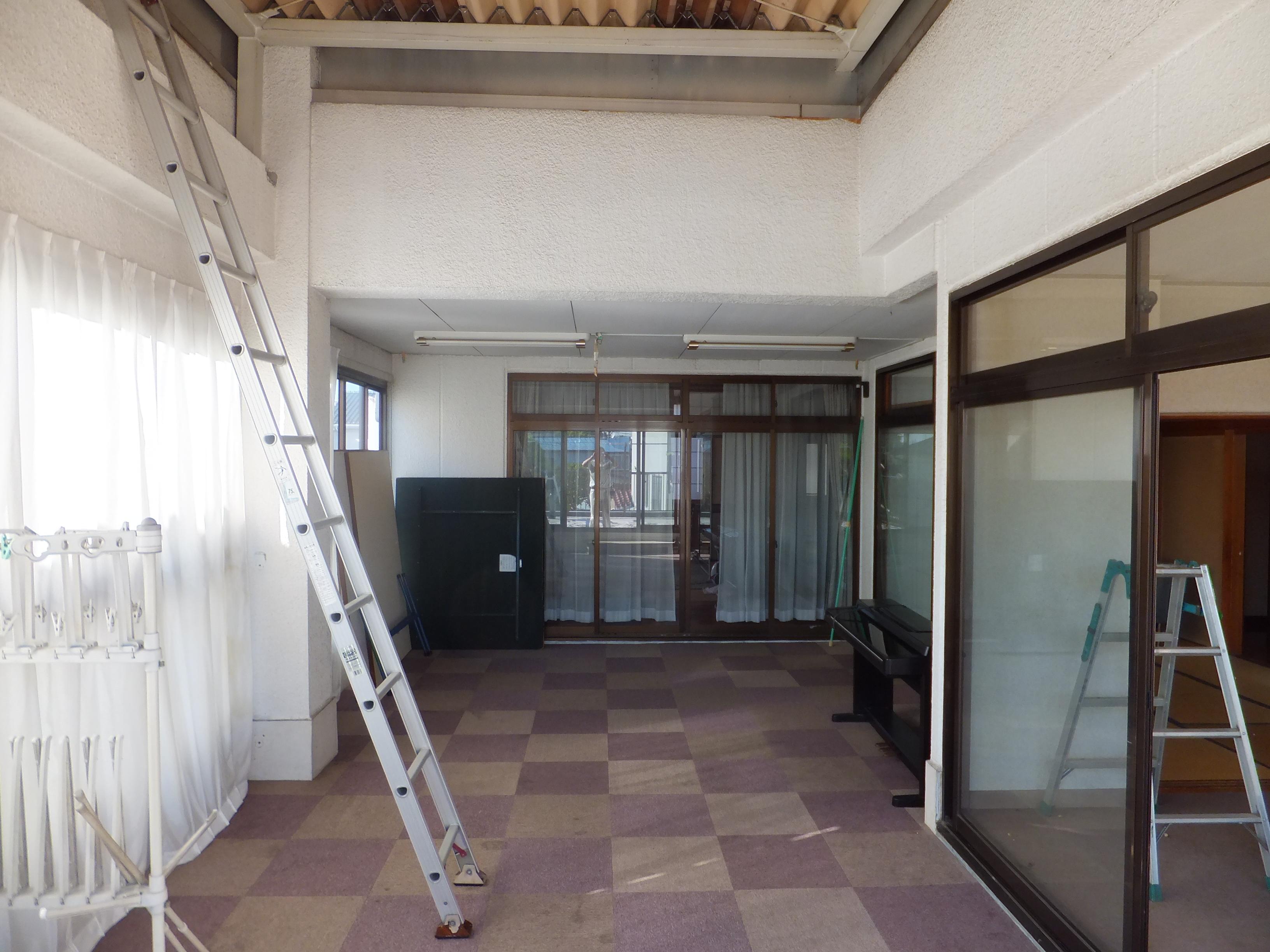 内部のような、外部のような・・・用途が曖昧な空間。<br /> 新築当時は屋根や囲いもないベランダでした。