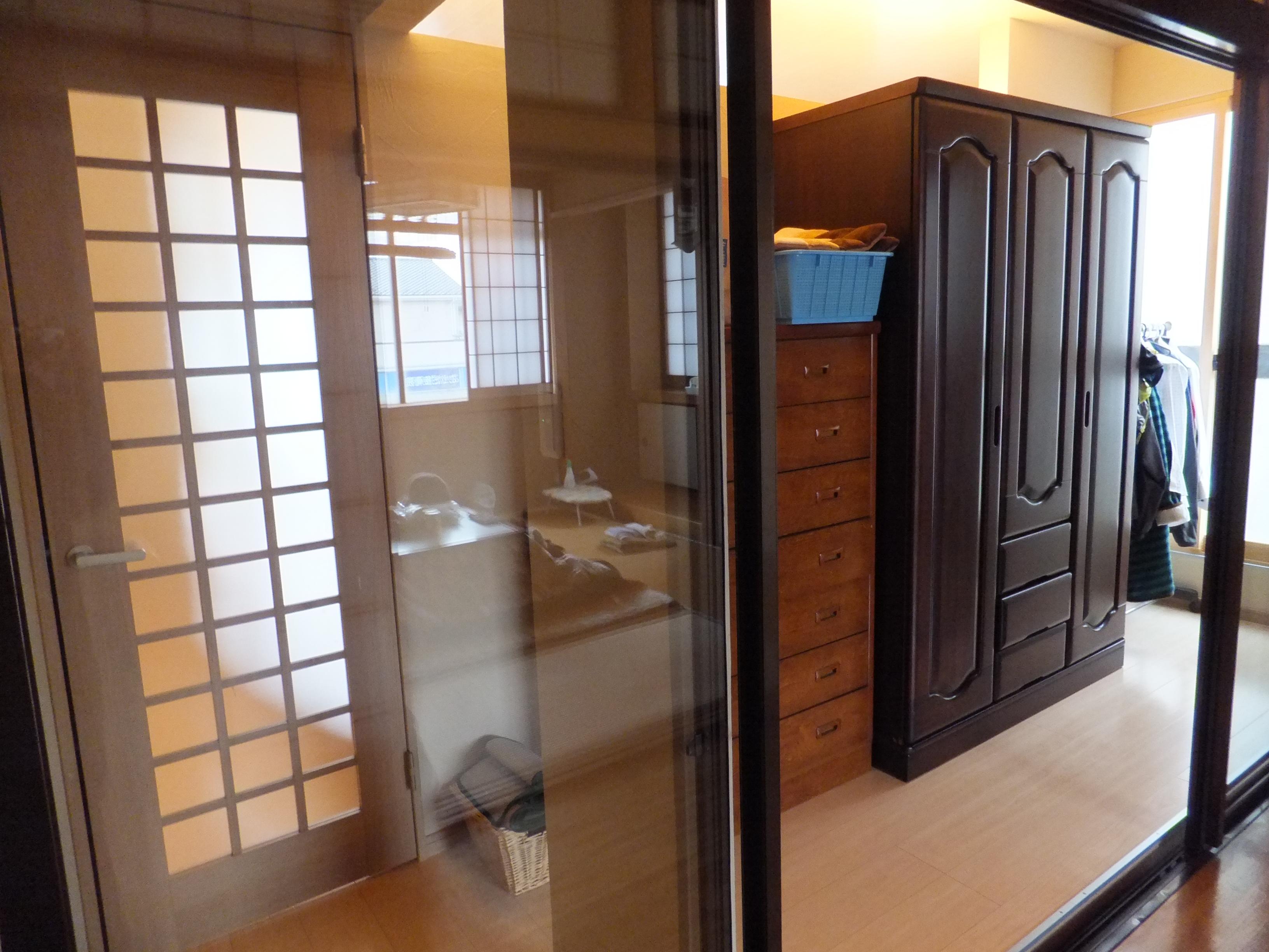 廊下側からも使用可能な納戸には、手持ちの家具や座布団など、一括に収納でき、大変重宝。