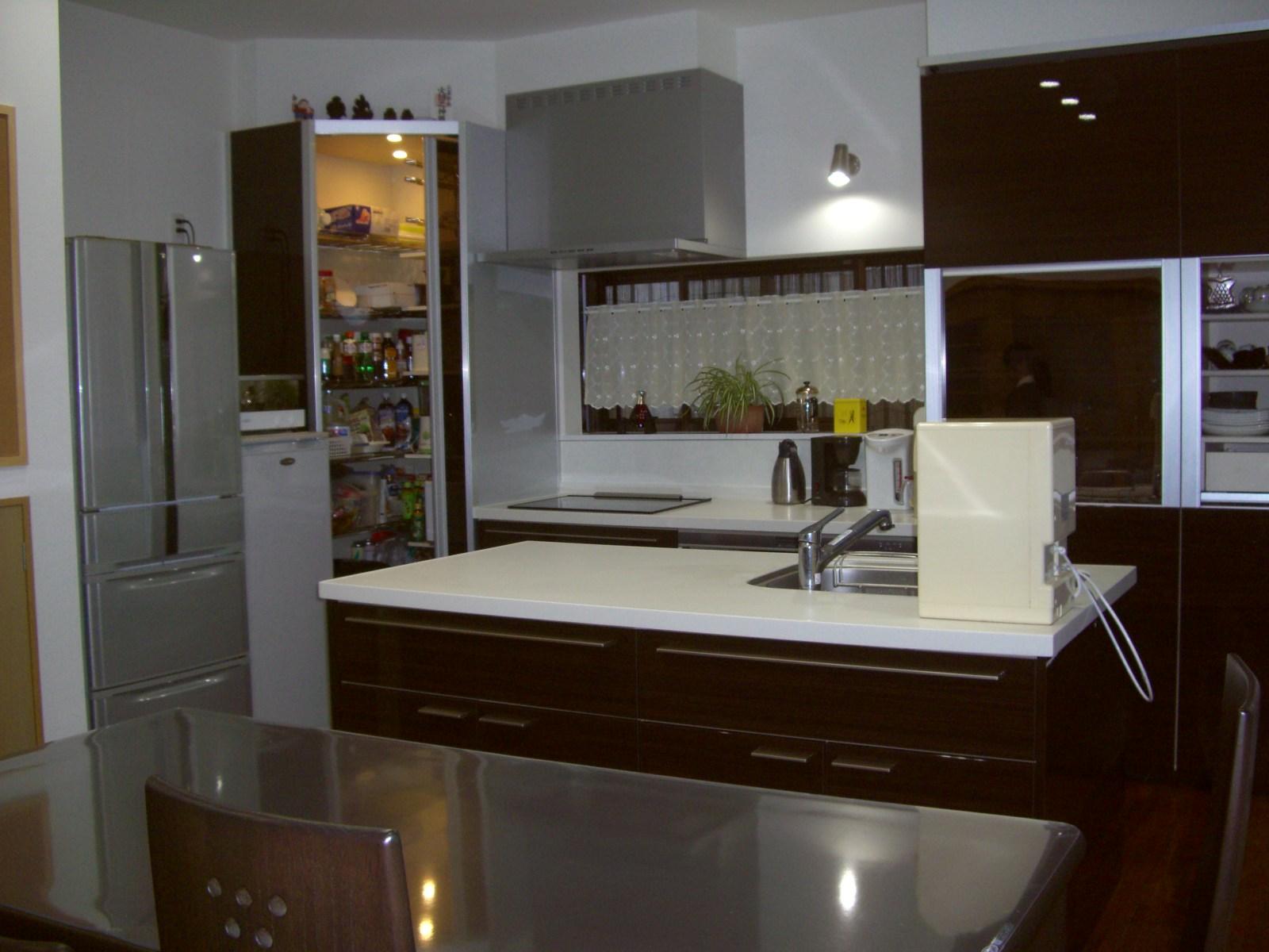 コーナーを生かしたウォークインタイプのストックルームを設け、様々なものを一括で収納ができ、掃除や管理もラクに行えます。